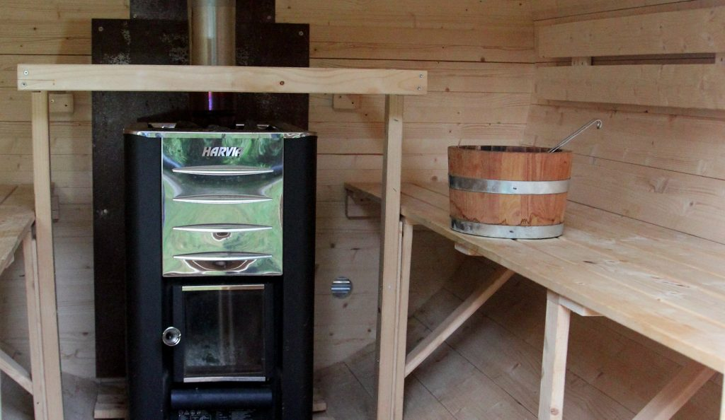 Schwitzfass von innen mit Saunaofen